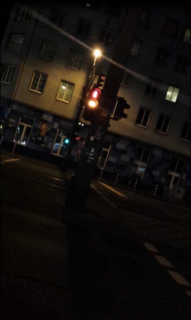 Foto Schweigender Philosoph an einer Ampel